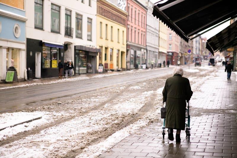 Mujer mayor con el caminante fotos de archivo libres de regalías
