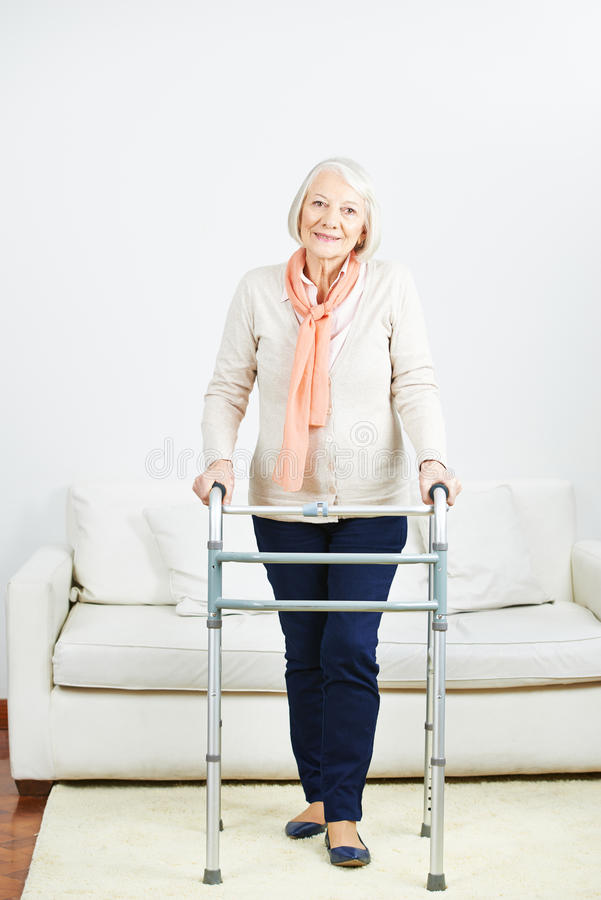 Mujer mayor con el caminante en casa fotos de archivo