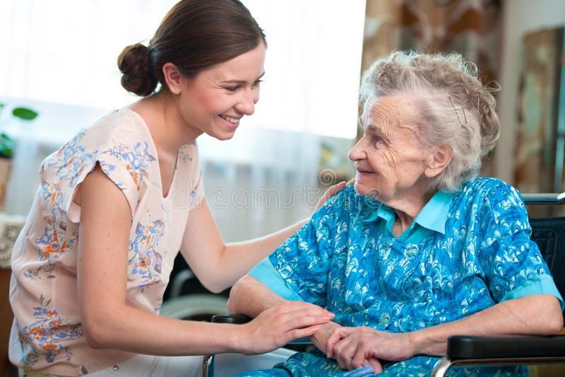 Mujer mayor con el cuidador casero imágenes de archivo libres de regalías