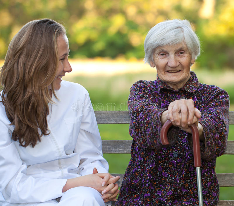 Mujer mayor con el doctor joven imagenes de archivo