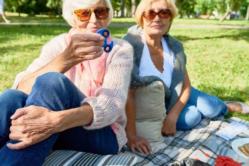 Mujer mayor con el hilandero foto de archivo libre de regalías