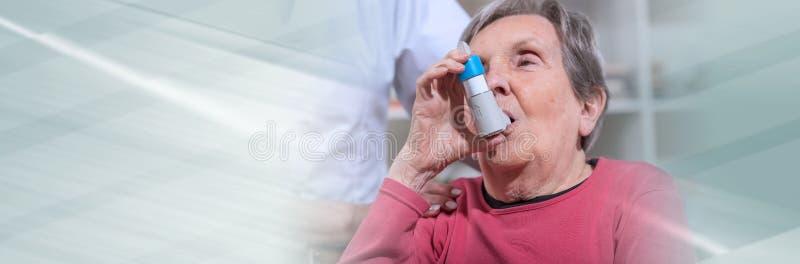 Mujer mayor con el inhalador del asma Bandera panor?mica fotos de archivo