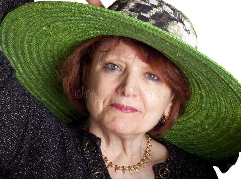 Mujer mayor con el sombrero verde imágenes de archivo libres de regalías