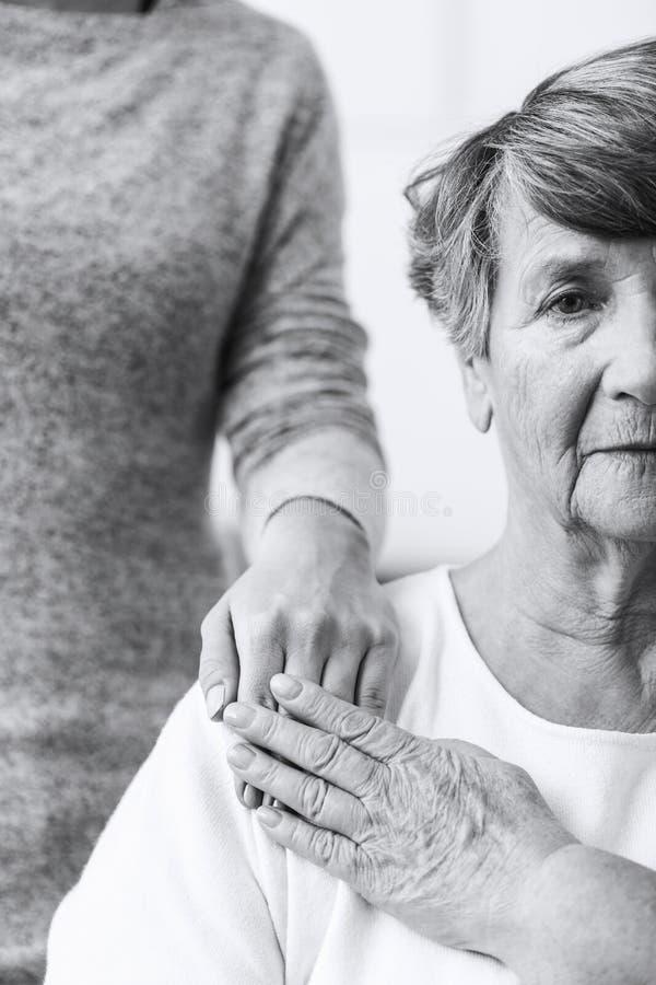Mujer mayor con enfermedad mental imagenes de archivo