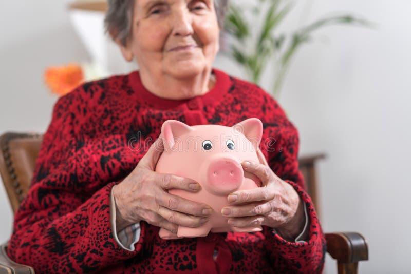 Mujer mayor con la batería guarra imagenes de archivo