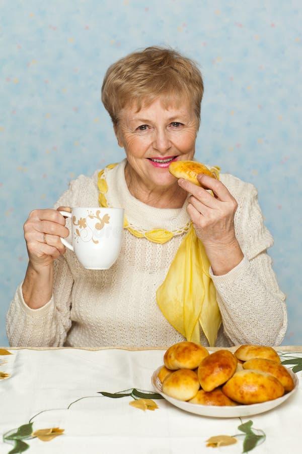 Mujer mayor con la empanada imagenes de archivo