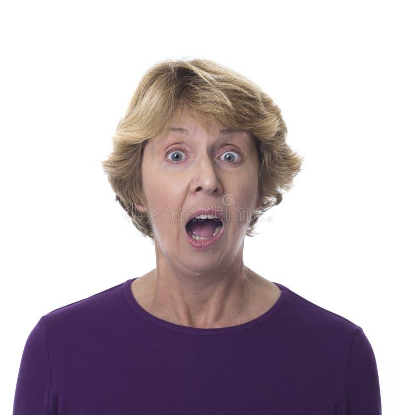 Mujer mayor con la expresión dada una sacudida eléctrica fotos de archivo libres de regalías