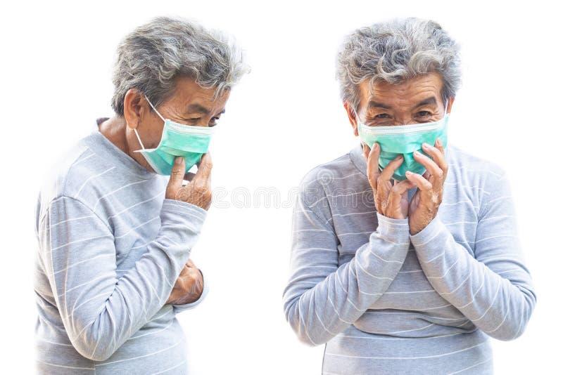 Mujer mayor con la máscara que tose en el fondo blanco foto de archivo libre de regalías