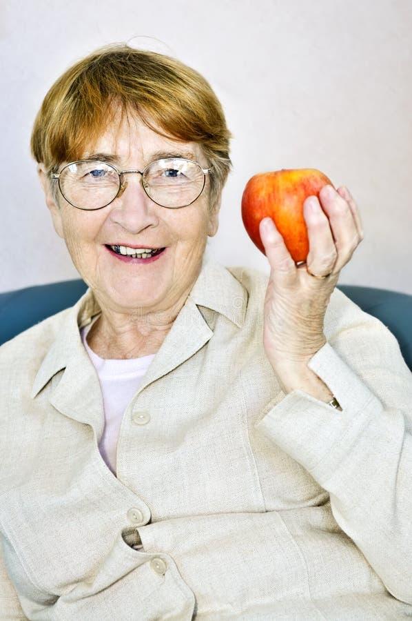 Mujer mayor con la manzana foto de archivo libre de regalías