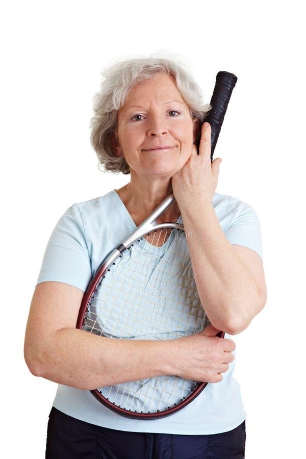 Mujer mayor con la raqueta de tenis fotos de archivo