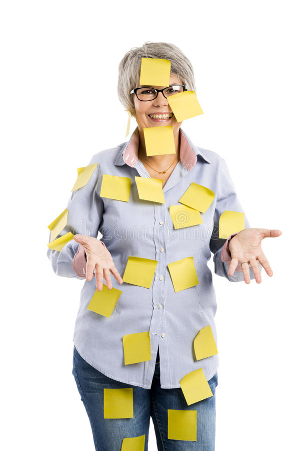 Mujer mayor con las notas amarillas imagen de archivo