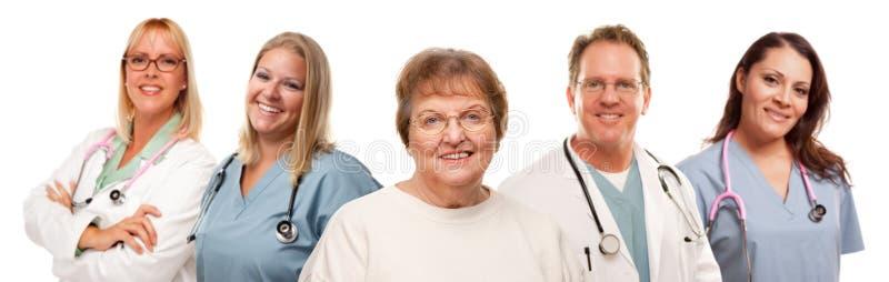 Mujer mayor con los médicos y las enfermeras fotos de archivo libres de regalías