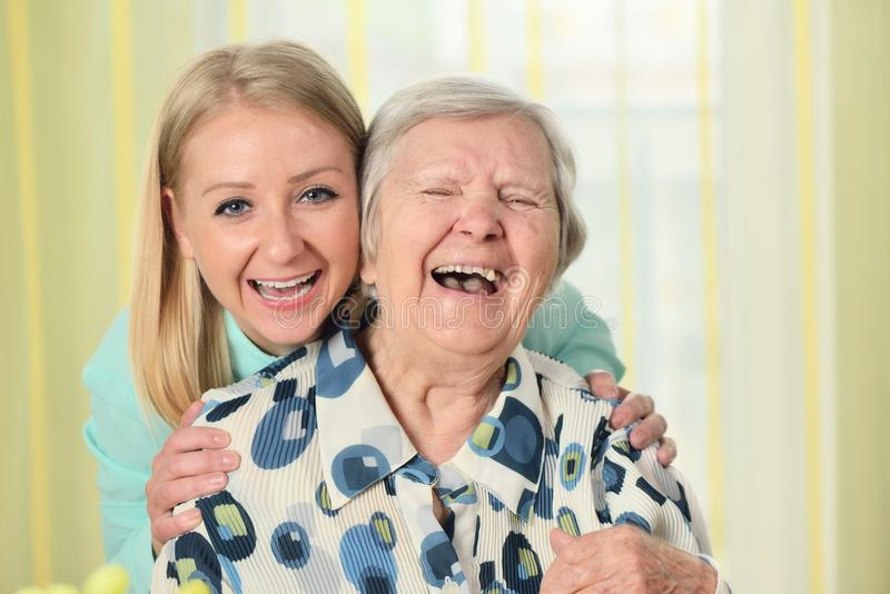 Mujer mayor con su cuidador imagen de archivo libre de regalías