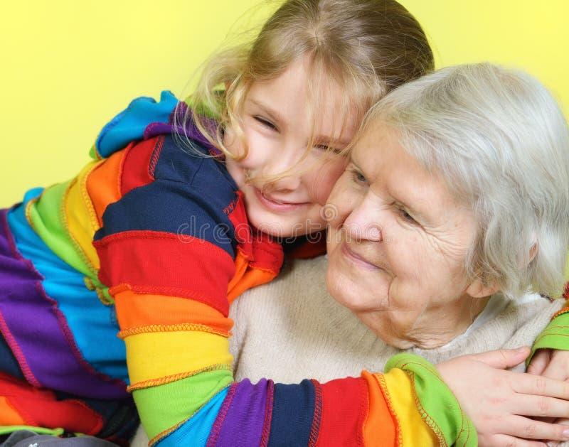 Mujer mayor con sus nietas fotos de archivo libres de regalías