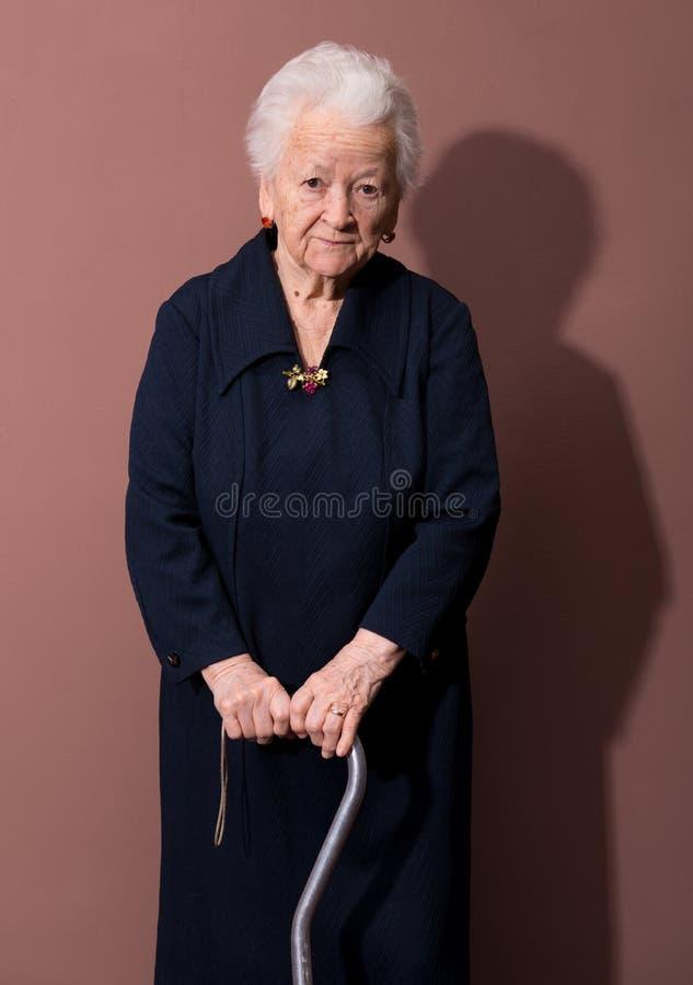 Mujer mayor con un bastón foto de archivo