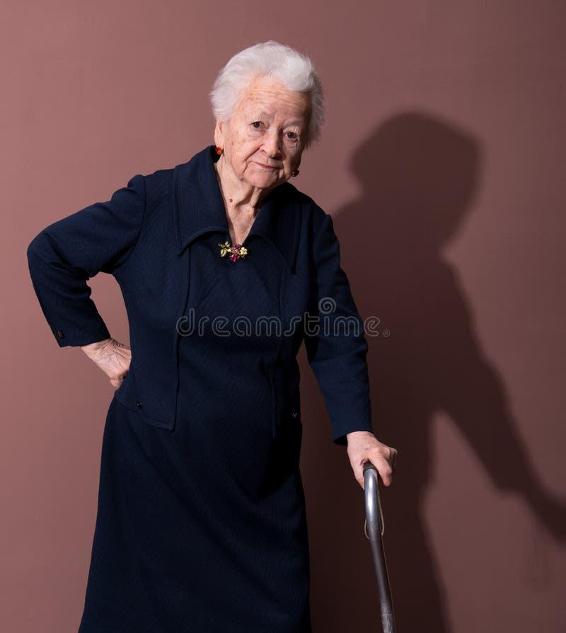Mujer mayor con un bastón imágenes de archivo libres de regalías