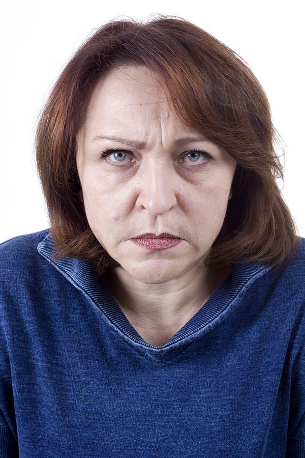Mujer mayor con una expresión enojada fotos de archivo