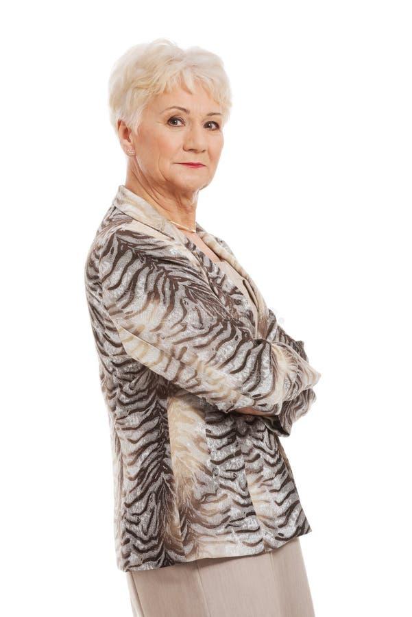 Mujer mayor confiada con los brazos doblados fotos de archivo libres de regalías