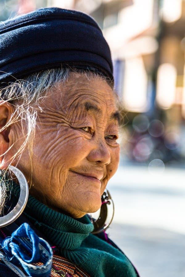Mujer mayor de Hmong - Sapa, Lao Cai Province, Vietnam imagenes de archivo