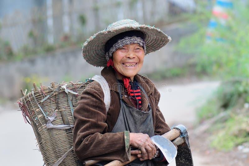 Mujer mayor de Yaan China-Uno todavía que trabaja imagen de archivo libre de regalías