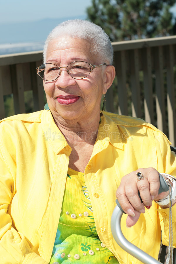 Mujer mayor del afroamericano que se reclina con su Ca foto de archivo
