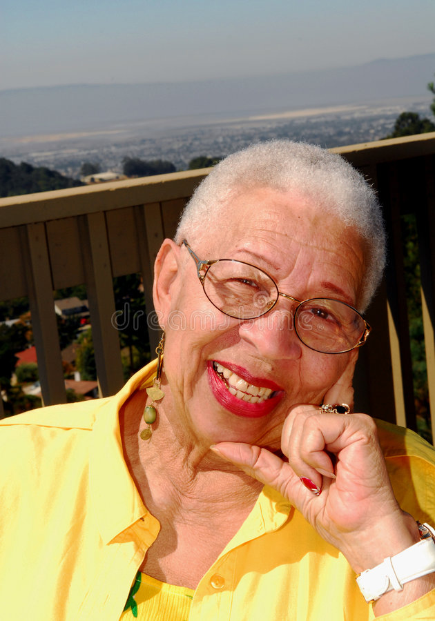 Mujer mayor del afroamericano que se sienta al aire libre fotos de archivo libres de regalías