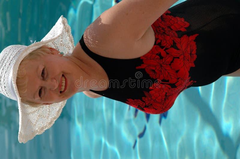 Mujer mayor del baño de Sun fotografía de archivo