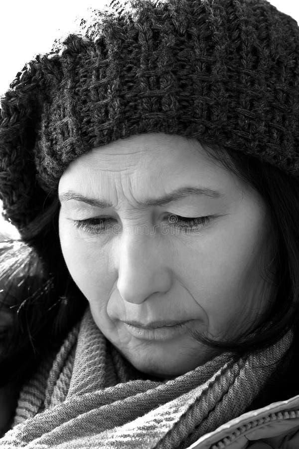 Mujer mayor del retrato en bufanda y sombrero de lana imágenes de archivo libres de regalías