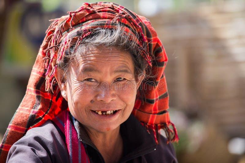 Mujer mayor del retrato en su cara de la sonrisa Lago Inle, Myanmar fotos de archivo libres de regalías