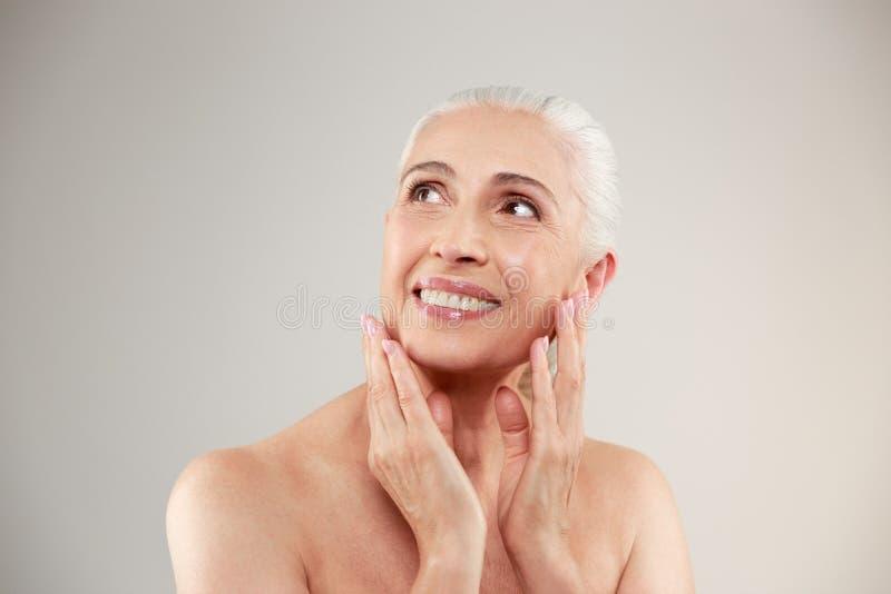 Mujer mayor desnuda feliz asombrosa imagen de archivo libre de regalías