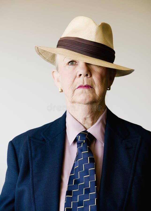 Mujer mayor dramática que desgasta un sombrero imagen de archivo