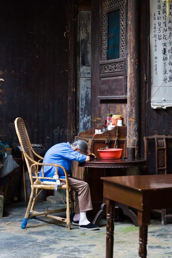 Mujer mayor durmiente fotos de archivo