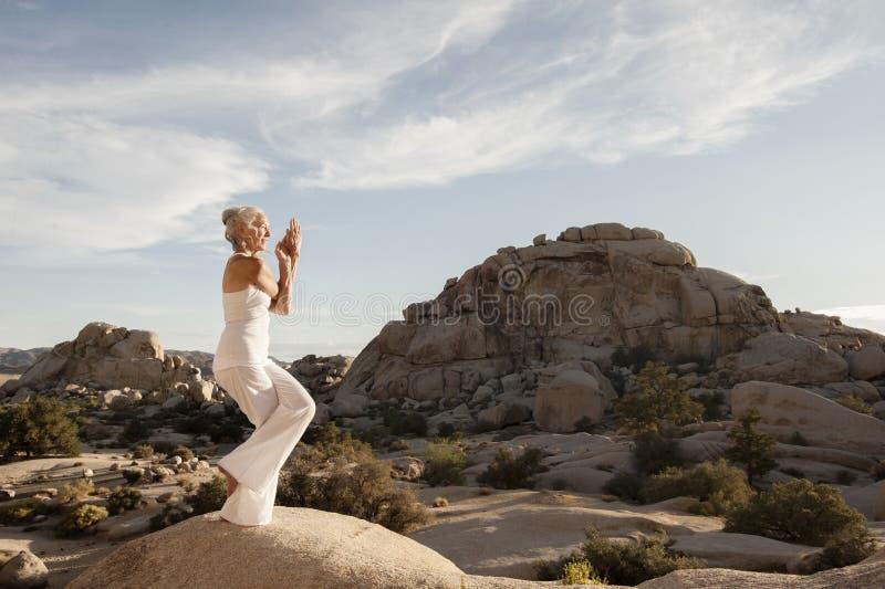 Mujer mayor Eagle Pose Powerful Spirit Stone imagenes de archivo