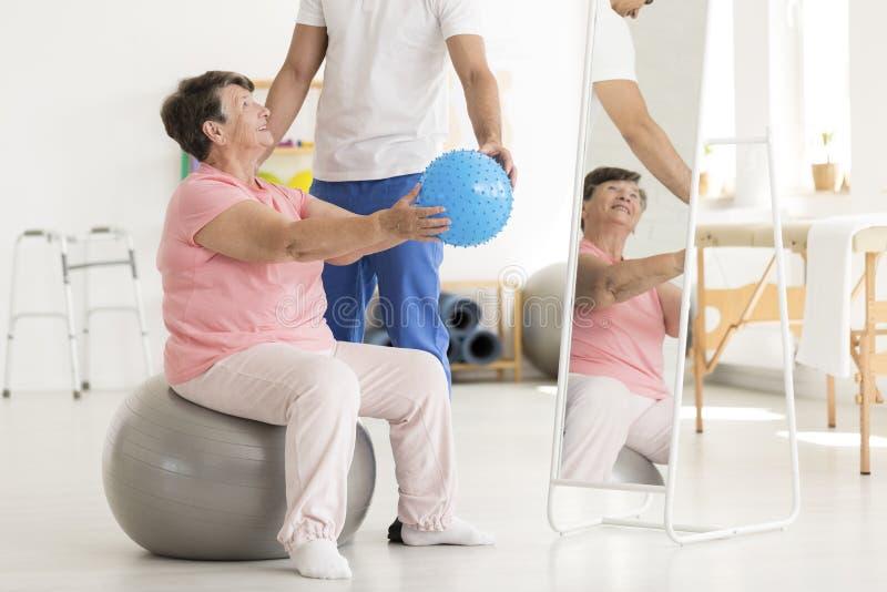 Mujer mayor en bola del ejercicio foto de archivo