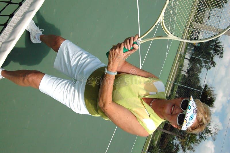 Mujer mayor en campo de tenis foto de archivo libre de regalías