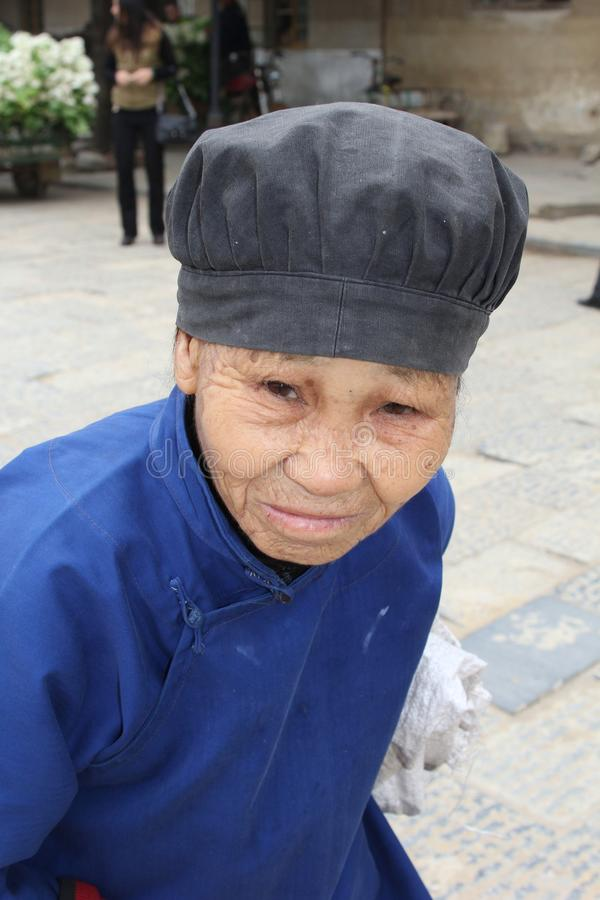 Mujer mayor en cierre para arriba en la ciudad vieja Daxu cerca de Guilin en China imagenes de archivo