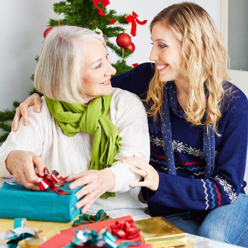 Mujer mayor en clínica de reposo con los regalos foto de archivo libre de regalías