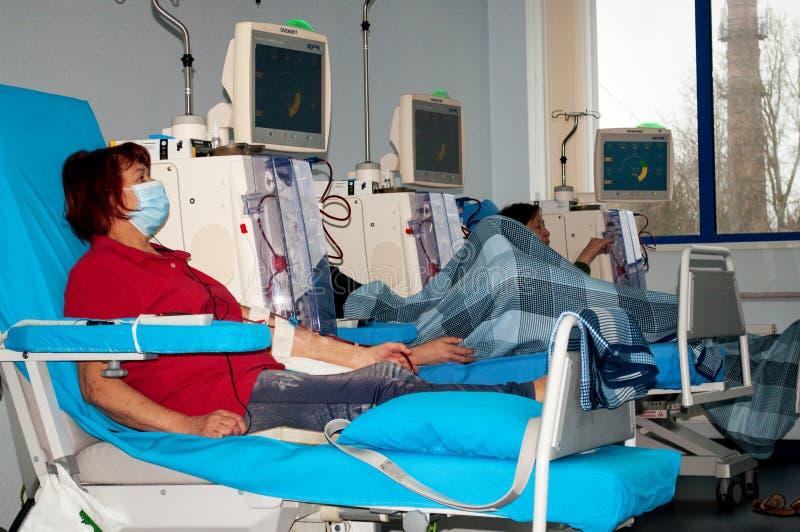 Mujer mayor en diálisis en el hospital fotografía de archivo