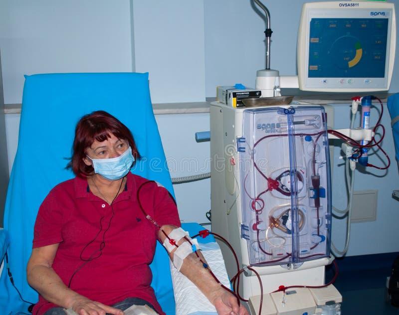 Mujer mayor en diálisis en el hospital fotos de archivo libres de regalías