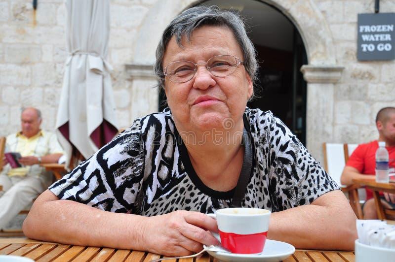 Mujer mayor en el café imagenes de archivo
