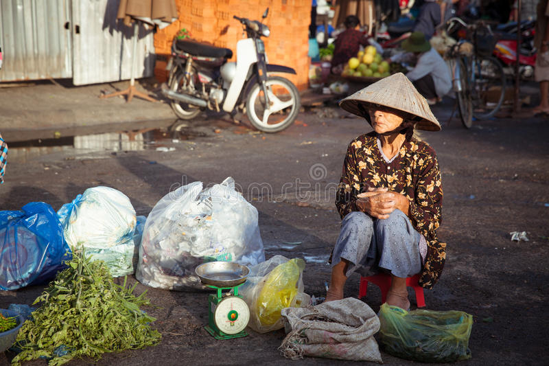 Mujer mayor en el mercado, Vietnam fotos de archivo
