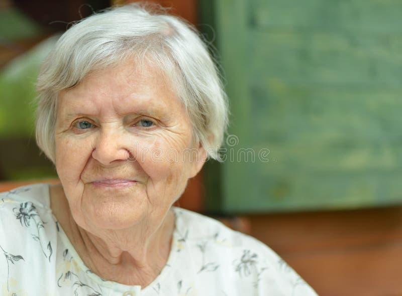 Mujer mayor en el mirador. fotografía de archivo libre de regalías