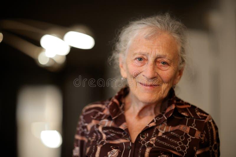 Mujer mayor en el país imágenes de archivo libres de regalías