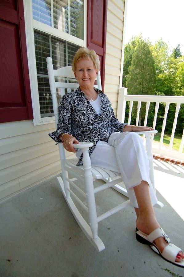 Mujer mayor en el país   imagen de archivo