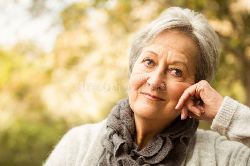 Mujer mayor en el parque imágenes de archivo libres de regalías