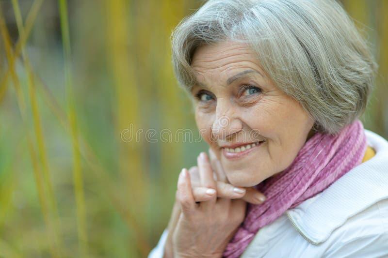 Mujer mayor en la naturaleza fotos de archivo libres de regalías