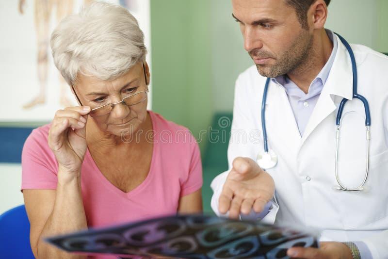 Mujer mayor en la oficina del doctor fotografía de archivo libre de regalías