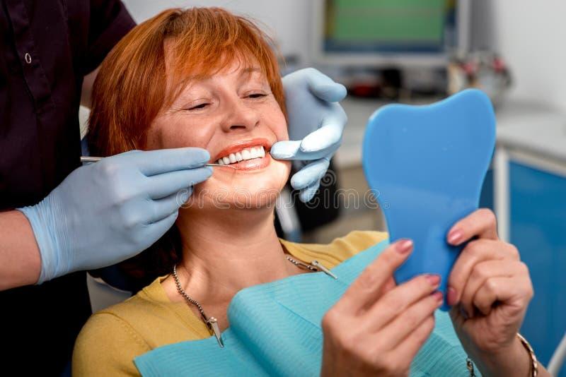 Mujer mayor en la oficina dental fotos de archivo libres de regalías