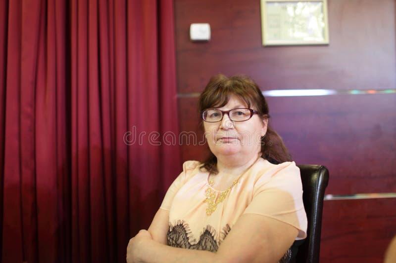 Mujer mayor en restaurante foto de archivo