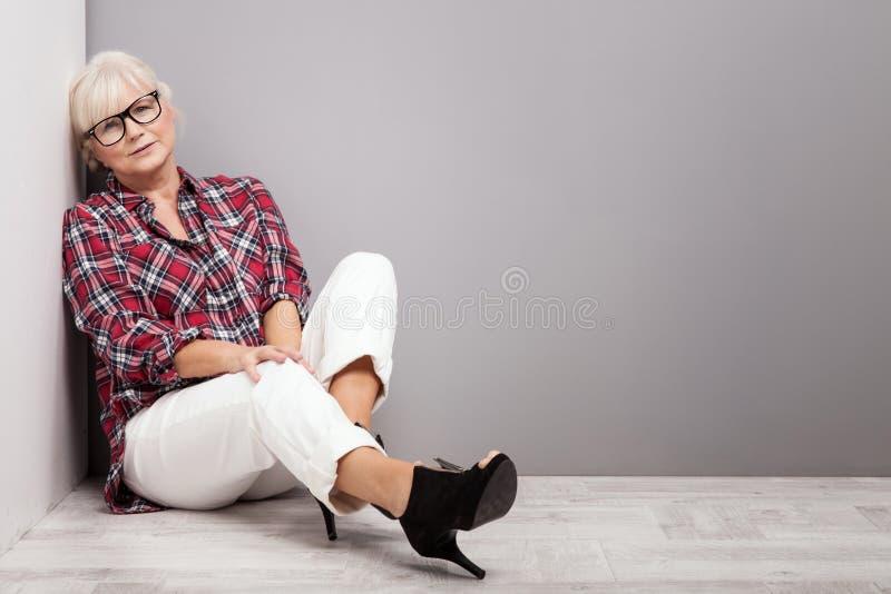 Mujer mayor en ropa casual imagenes de archivo